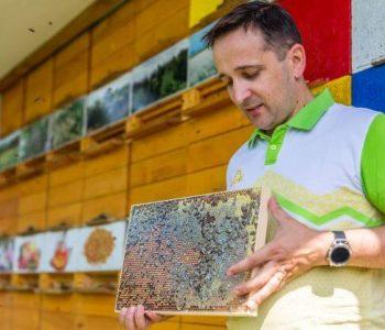 Peter Kozmus pred čebelnjakom